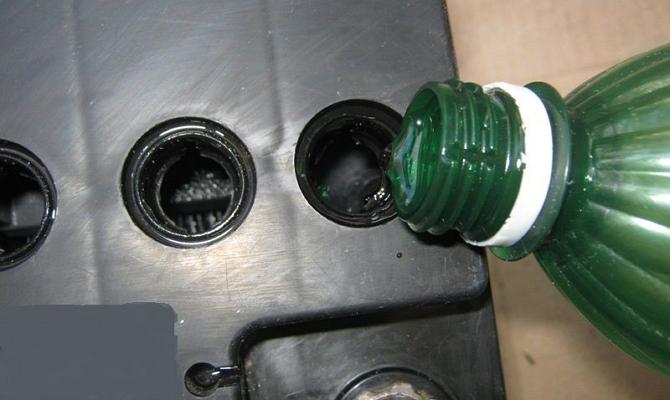 Залить дистилированную воду в электролит
