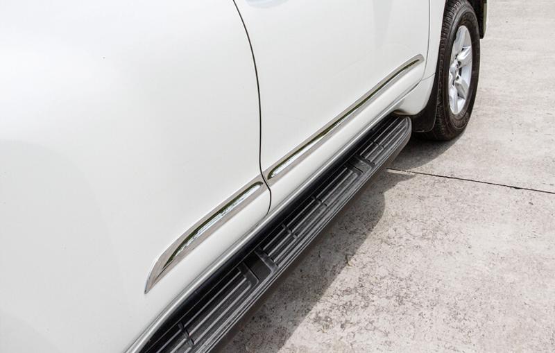 Молдинг на двери автомобиля