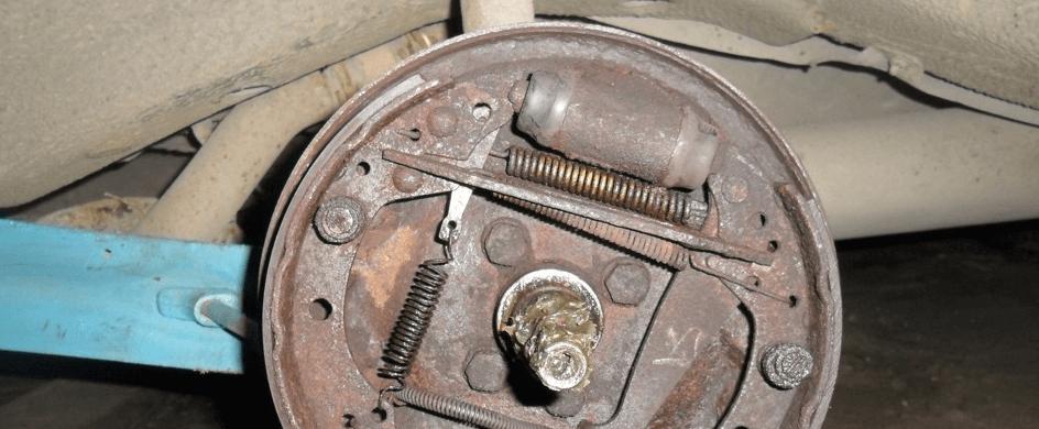 бьет педаль тормоза при торможении